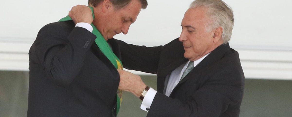 O ex-presidente Michel Temer transmite a faixa presidencial para o presidente empossado Jair Bolsonaro, no Palácio do Planalto, em Brasília — Foto: Célio Messias/Estadão Conteúdo